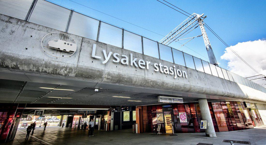 Skiltet på Lysaker stasjon, med passasjen under togstasjonen