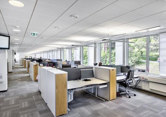 Dagens standard i kontorlokalene — oversiktsbilde over arbeidspultene