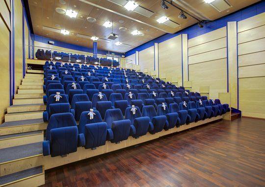 Auditorium med sitteplasser i trapp